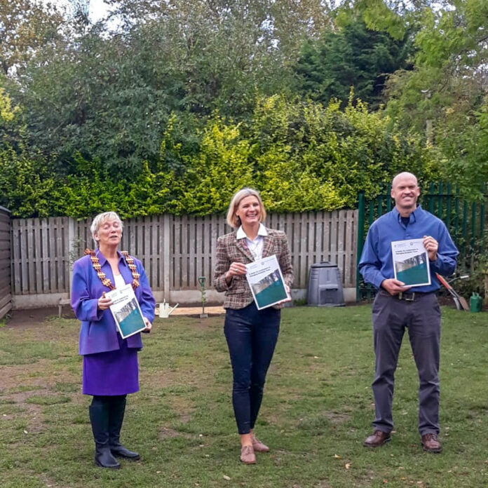 Minister Hackett launches Roadside Trees Guide